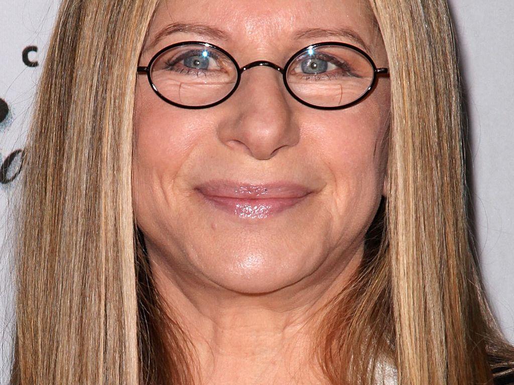 Barbra Streisand mit Brille