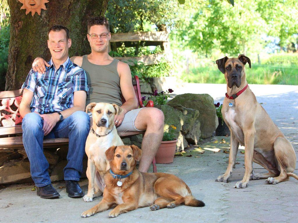 Bauer sucht Frau 2011: Philipp und Veit posieren mit den Hunden