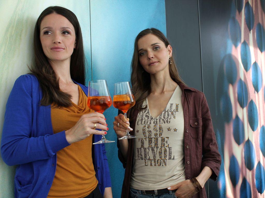 Christiane Klimt und Kaja Schmidt-Tychsen mit Gläsern