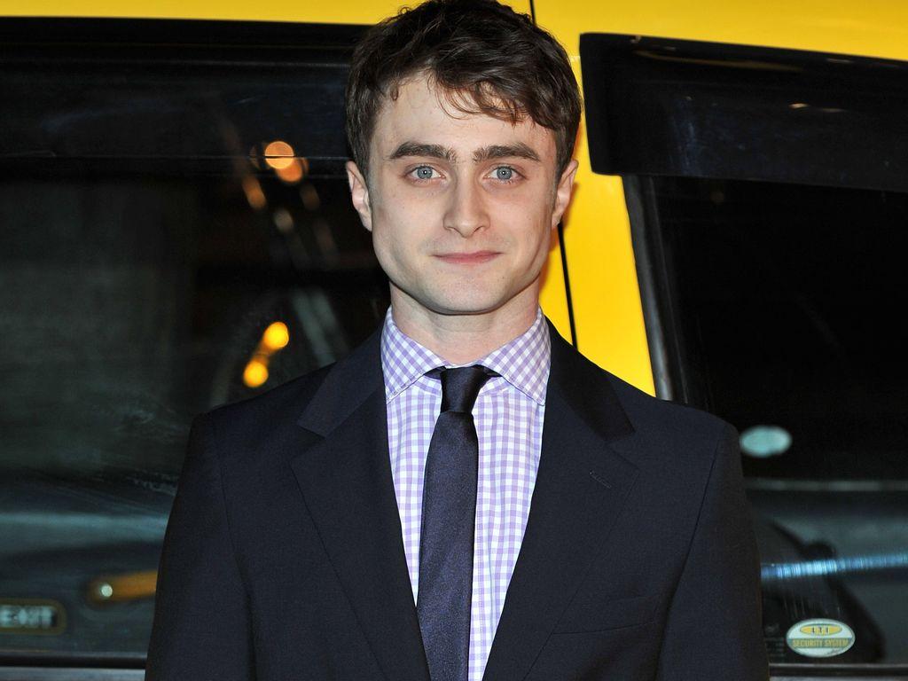 Daniel Radcliffe steht vor gelbem Gefährt