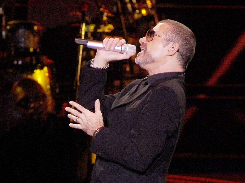George Michael mit einem Mikro in der Hand
