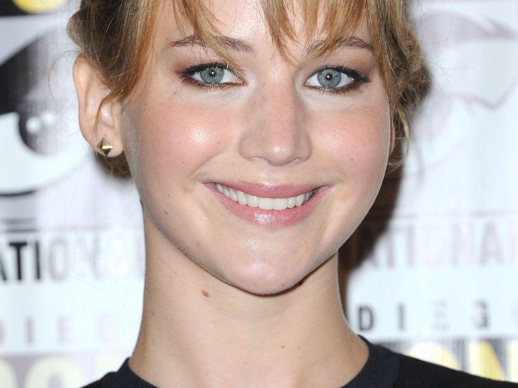 Jennifer Lawrence lächelt verschmitzt