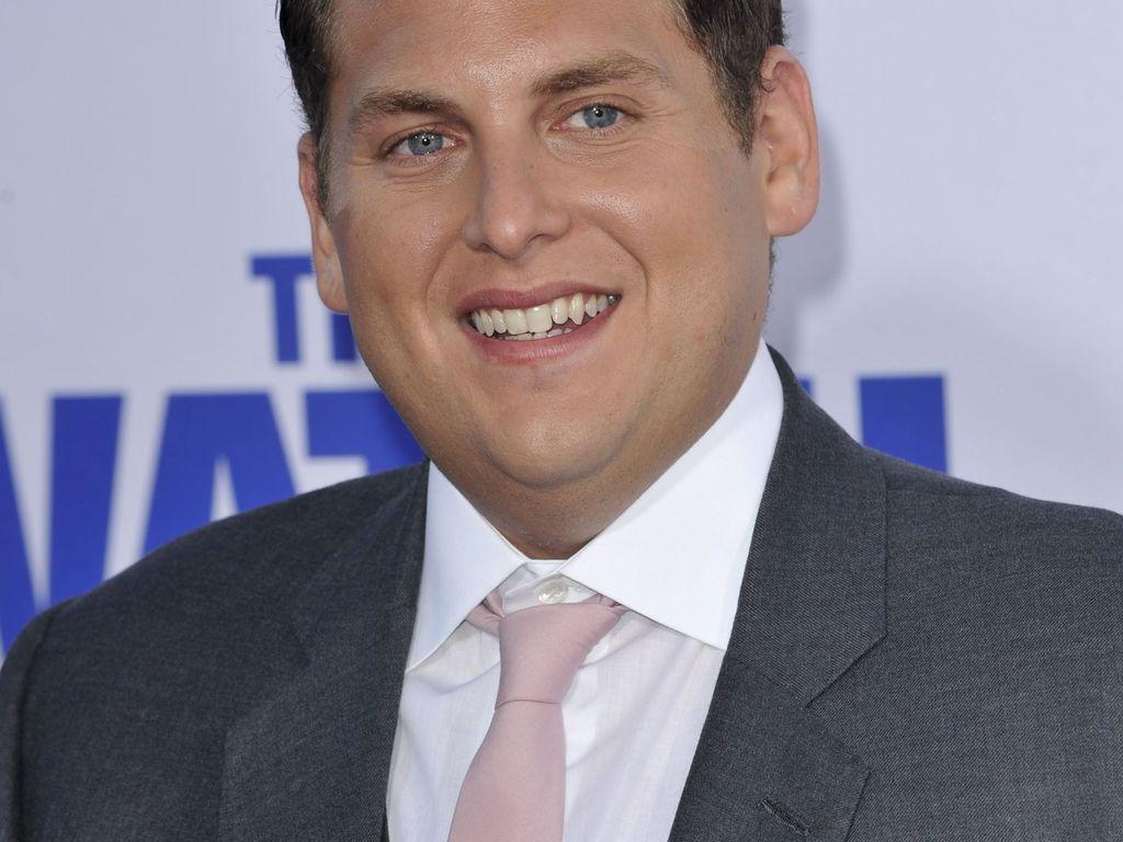 Jonah Hill trägt eine hellrosa Krawatte