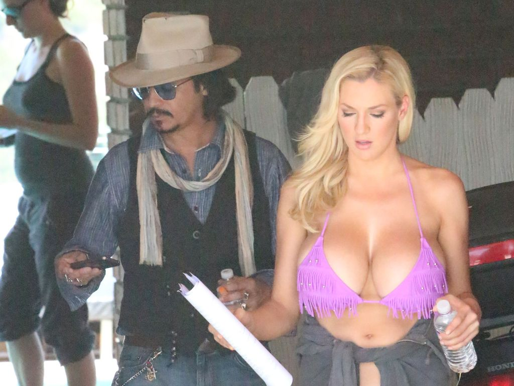 Jordan Carver mit Johnny Depp Double
