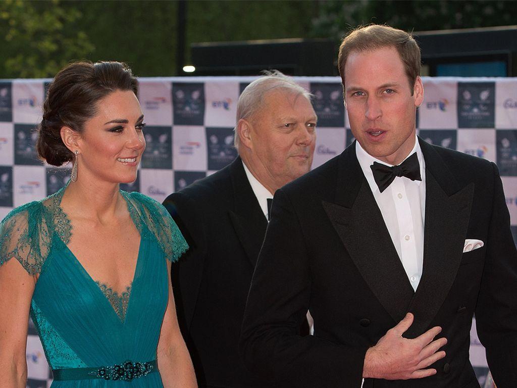 Kate Middleton im blauen Spitzen-Kleid