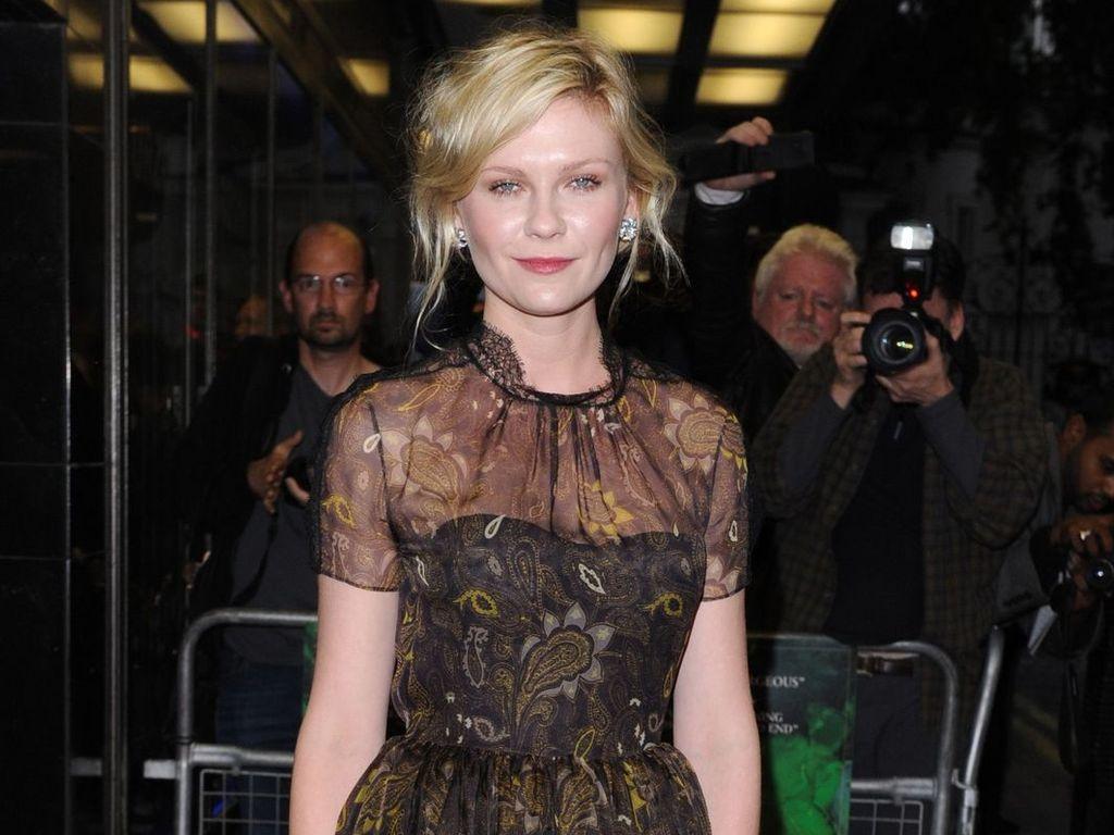 Kirsten Dunst im braunen Kleidchen