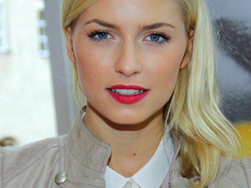 Lena Gercke mit rotem Lippenstift