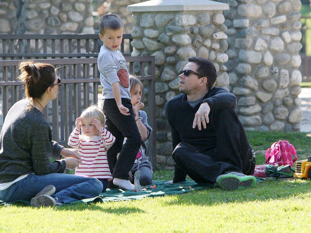 Mark Wahlberg mit seiner Familie im Park