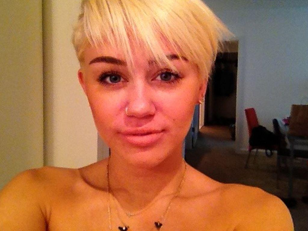 Miley Cyrus mit kurzem, blonden Haar