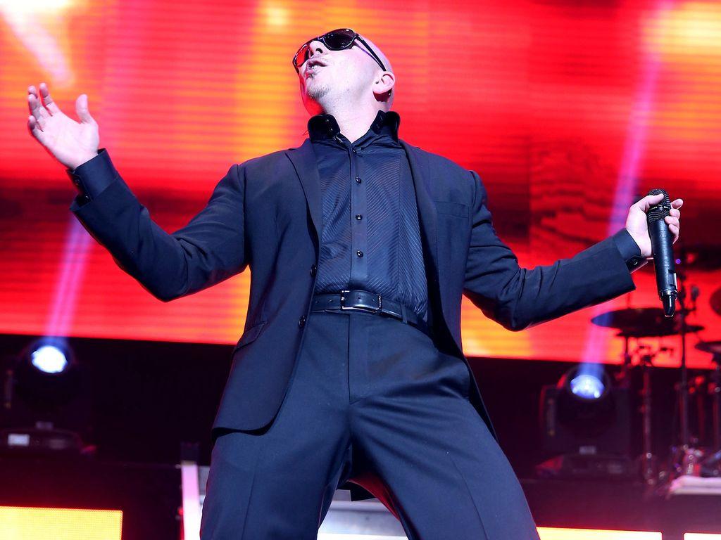 Pitbull performt