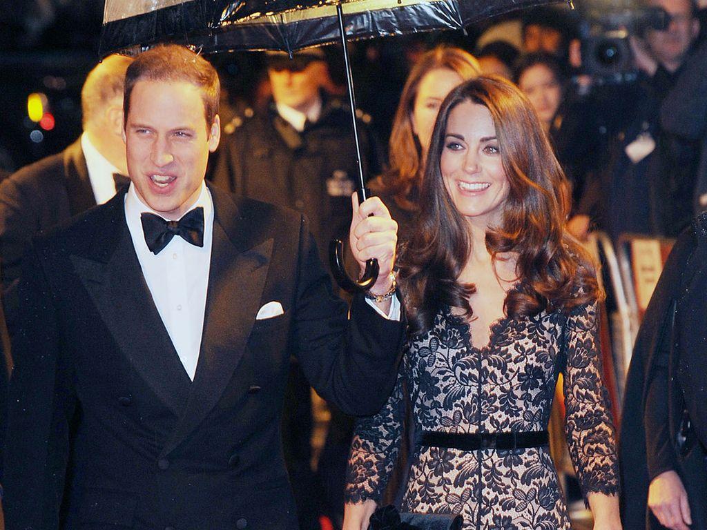 Prinz William und Kate unterm Regenschirm