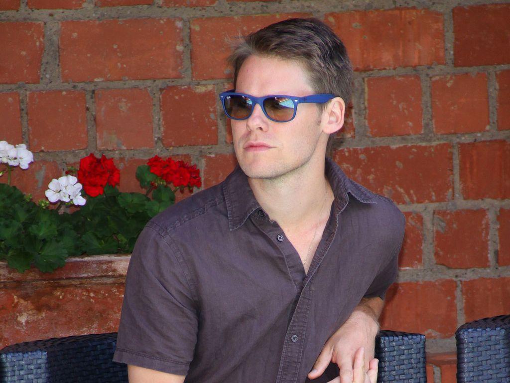 Randy Harrison sitzt auf einem Gartensessel