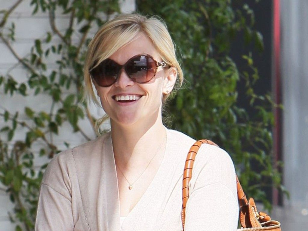 Reese Witherspoon lächelt happy