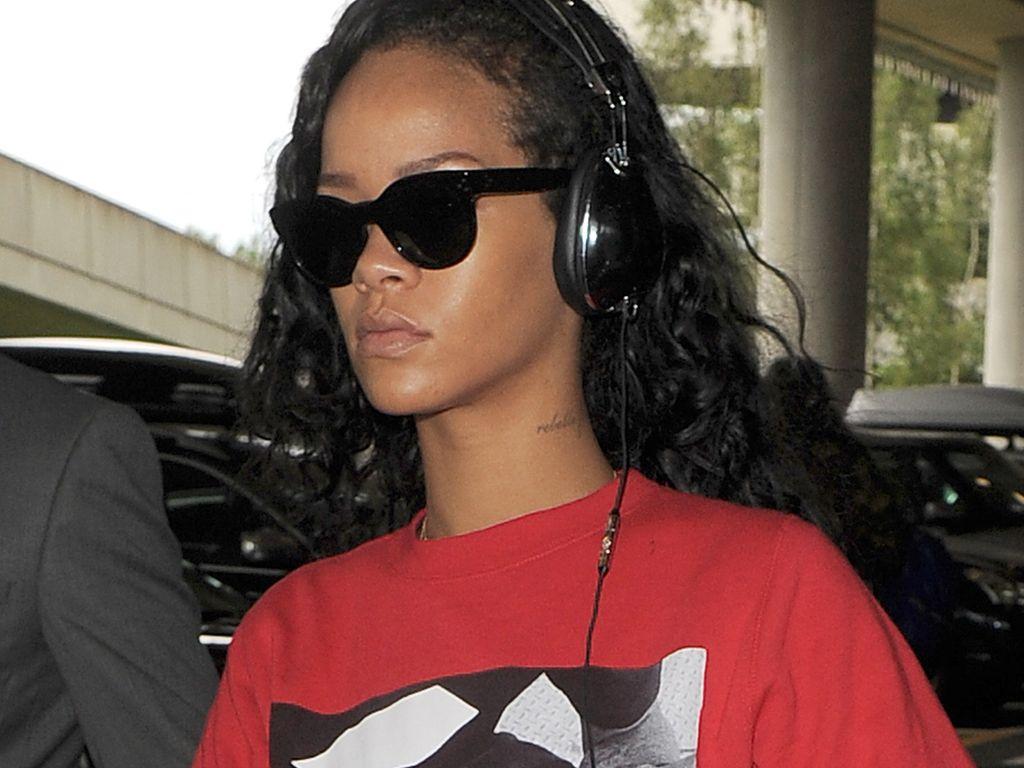 Rihanna im roten Kiffer-Pullover