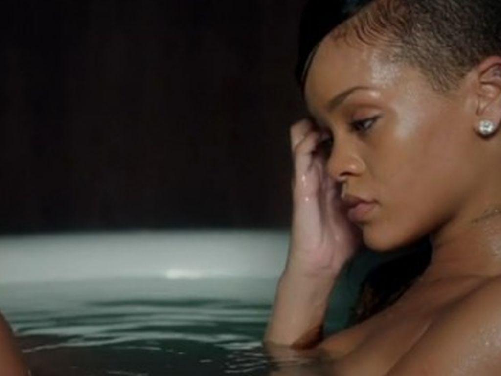 Rihanna sitzt nackt in einer Badewanne