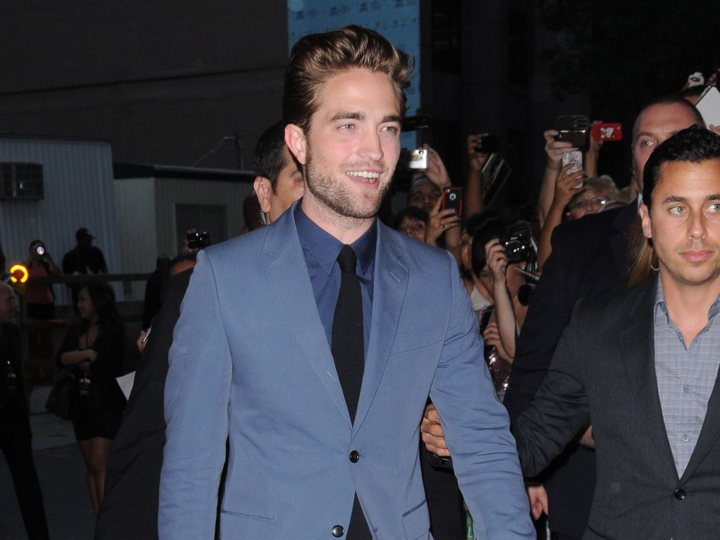 Robert Pattinson schmunzelt