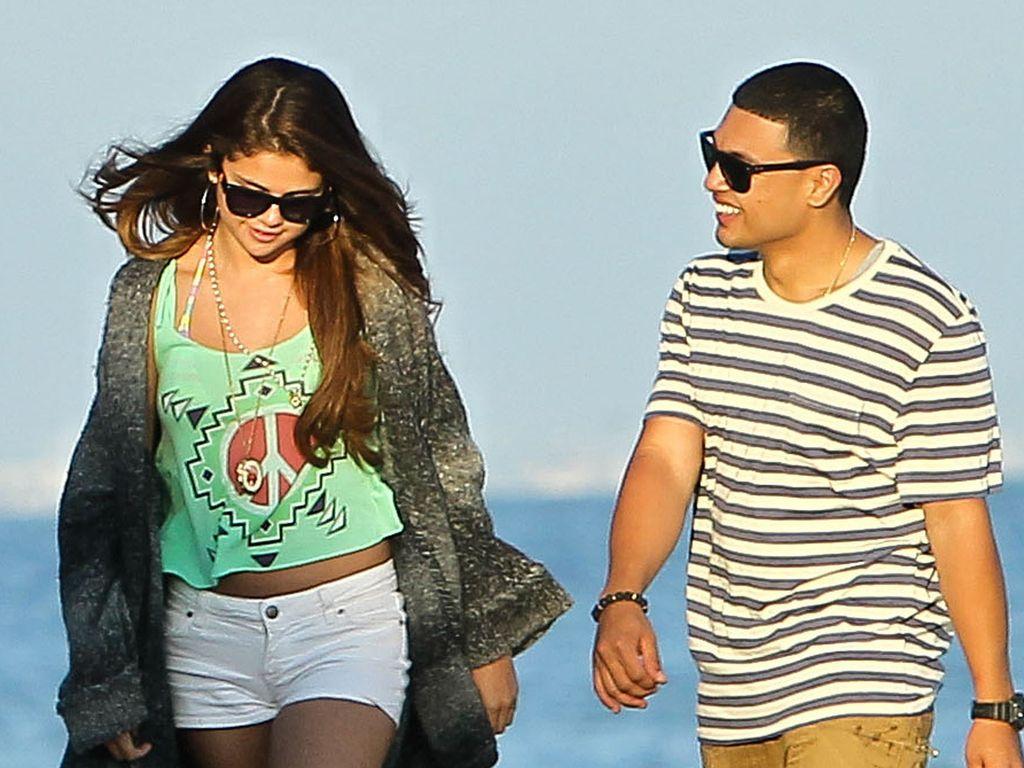 Selena Gomez am Strand mit einem Anderen