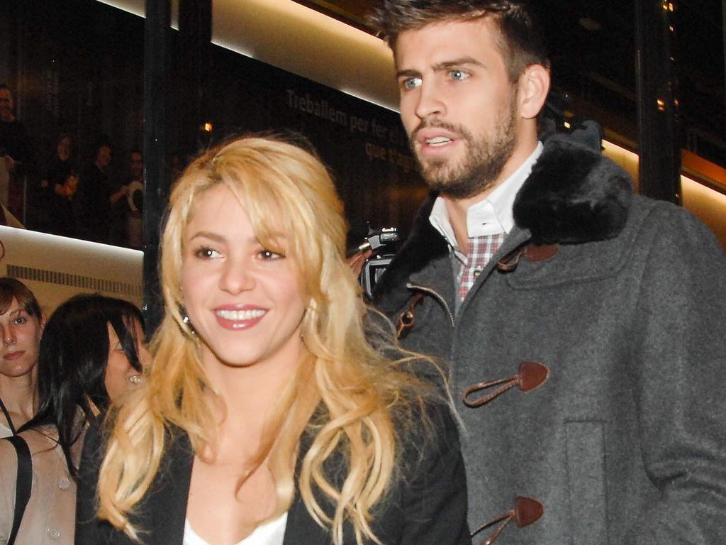 Shakira steht vor Gerard Piqué