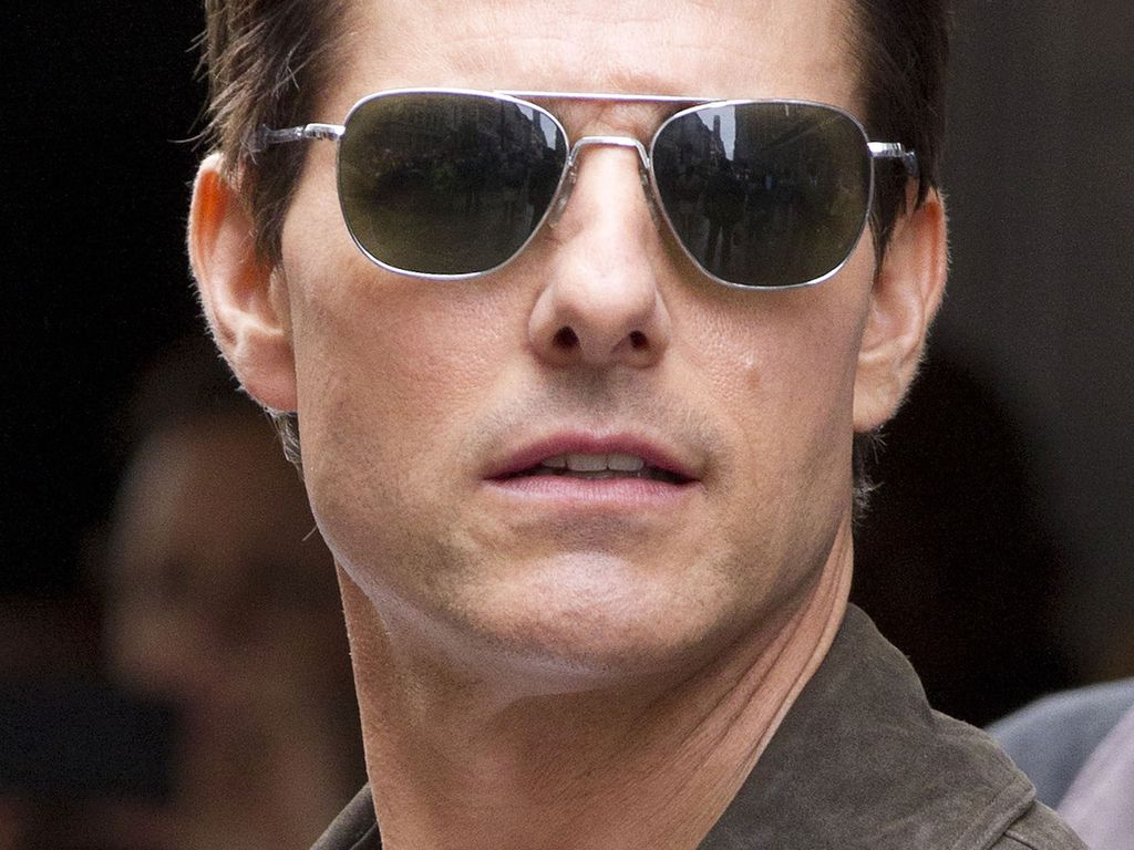 Tom Cruise ganz cool mit dunkler Sonnenbrille