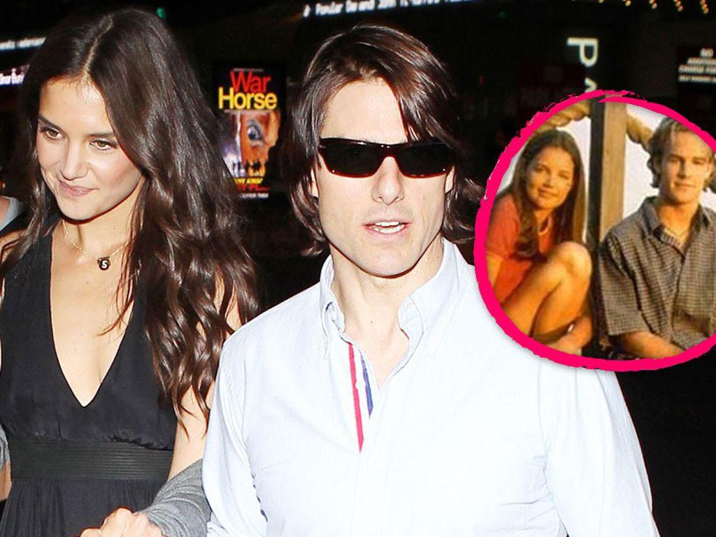 Tom Cruise im weißen Hemd hält Katie Holmes Hand ganz fest