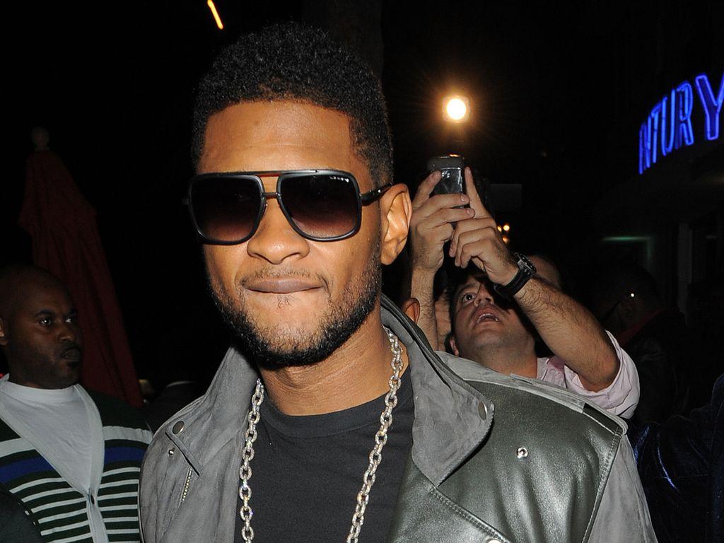 Usher mit Sonnenbrille und Lederjacke