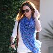 Emily Blunt setzt auf ein blaues Tuch zur Cargo-Pants