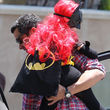Honor im perfekten Kostüm: Pinke Perücke, Maske und ein wehender Umhang