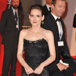 Die Robe von Dolce & Gabbana unterstreicht ihren Porzellan-Teint