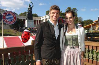 Thomas Müller kam mit seiner Frau Lisa auf die Wiesn