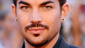Adam Lambert mit Bart und Anzug