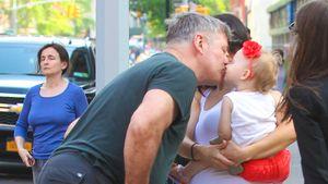Alec Baldwin küsst seine Tochter