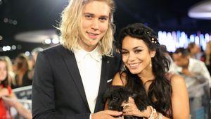Austin Butler und Vanessa Hudens mit einem Hund bei den MTV Video Music Awards 2015