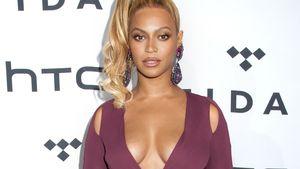 Beyonce in lila/pinken Kleid mit großem Ausschnitt