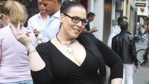 Bibi posiert im schwarzen Kleid