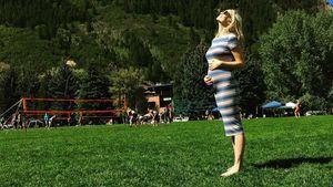Candice Accola zeigt gestreifte Baby-Kugel