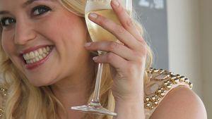 Caroline Frier mit Sektglas
