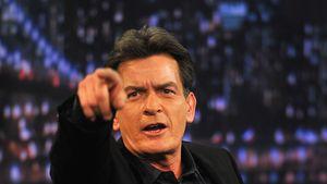 Charlie Sheen streckt seinen Finger aus