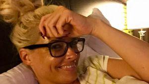 Daniela Katzenberger mit Brille im Bett