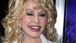 Dolly Parton mit riesigem Ausschnitt