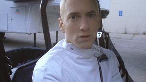 Eminem guckt starr geradeaus