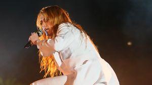 Florence Welch beim kniet auf der Coachella Bühne