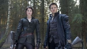 Gemma Arterton und Jeremy Renner tough in Leder gekleidet