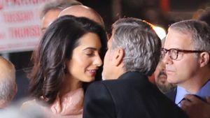 George Clooney und Amal küssen sich