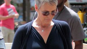 Jamie Lee Curtis im dunkelblauen Dress