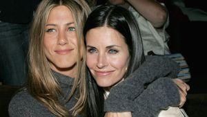 Jennifer Aniston und Courteney Cox umarmen sich