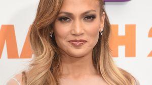 Jennifer Lopez in einem hellblauen Spitzen-Kleid