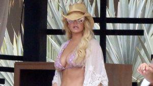 Jessica Simpson in Bikini und mit Cowboy-Hut