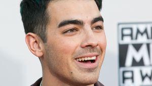 Joe Jonas lacht