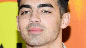 Joe Jonas mit blauer Strähne