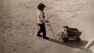 Jörn Schlönvoigt als Kind am Strand